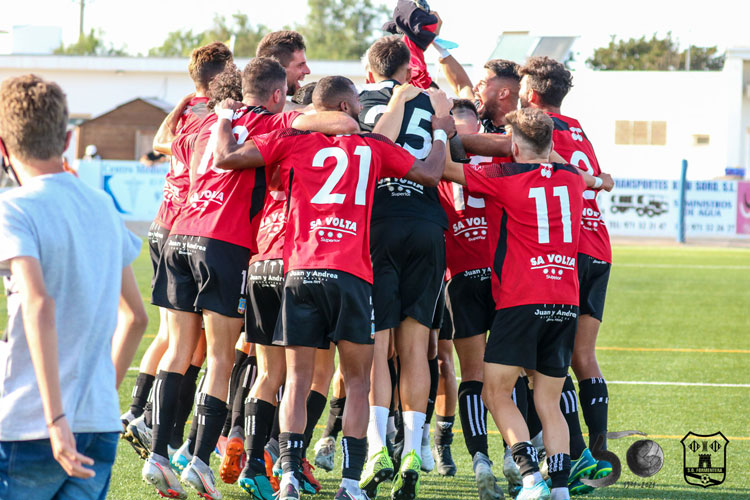 La piña de los jugadores del Formentera tras su ascenso contra el Mallorca B. Foto: SD Formentera