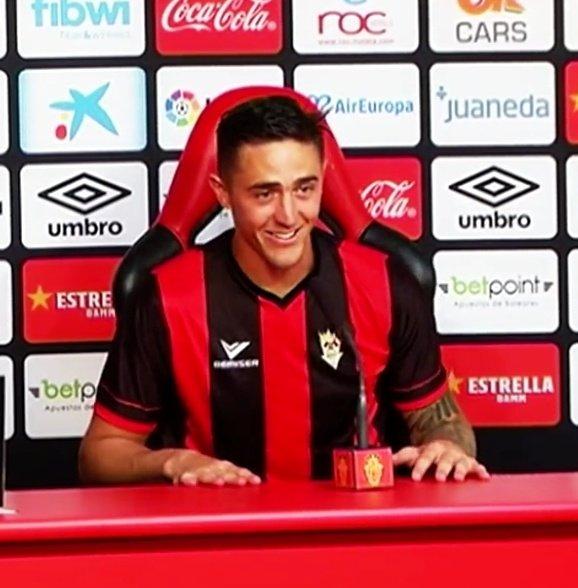 Raíllo celebró su primer ascenso con el Real Mallorca a Primera enfundándose la elástica del Séneca en la sala de prensa balear