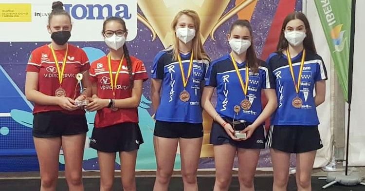 Lucía López y Lorena Gil, a la izquierda, en uno de los podios del campeonato