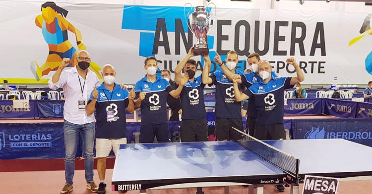Los jugadores del Cajasur con la Copa de campeones