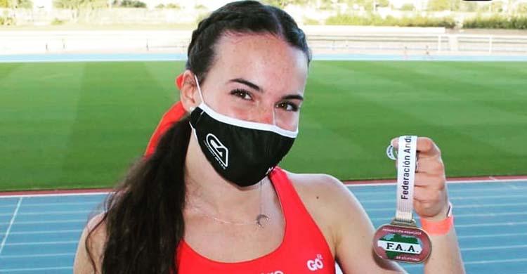 Carmen Avilés mostrando su medalla de oro en el Andaluz Absoluto de Málaga.Carmen Avilés mostrando su medalla de oro en el Andaluz Absoluto de Málaga.