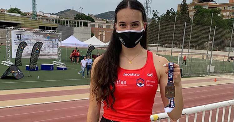 Carmen Avilés muestra la medalla de bronce que logró el pasado fin de semana en Granada, su primer éxito al aire libre de este 2021.