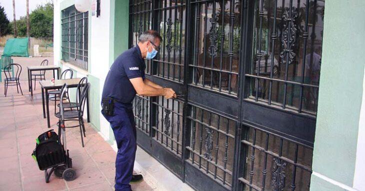 El cerrajero forzando la cerradura de la cafetería de la Ciudad Deportiva hasta sustituirla por una nueva.