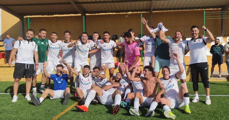 Los jugadores del filial del Ceuta celebrando su ascenso. Foto: AD Ceuta FC