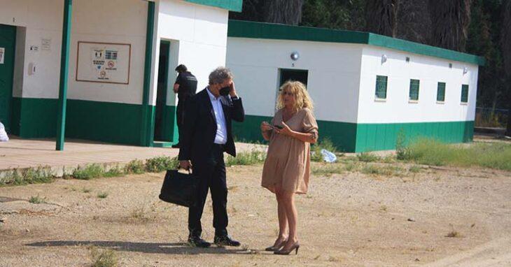 La viuda de Urbano departiendo con el abogado de Tremón durante el lanzamiento.