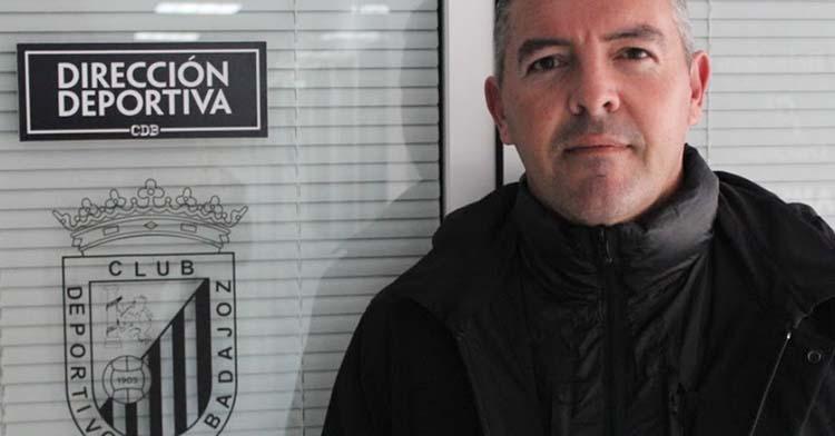 David Vizcaíno posando en su antiguo despacho del CD Badajoz