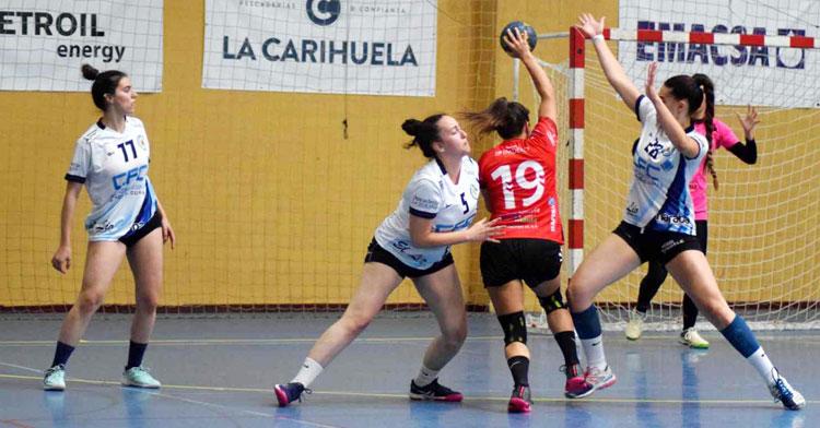 Marta Camacho tratando de penetrar en la defensa de Abaranera. Foto: Laclasi.es