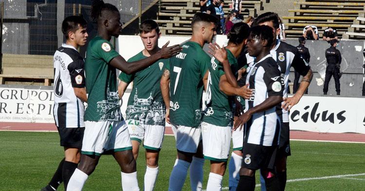 Djetei despidiéndose de los jugadores del Linense, como ahora hace él del Córdoba. Foto: CCF