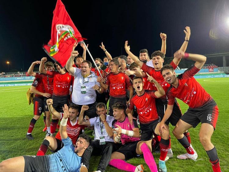 La felicidad del Egabrense con algún aficionado incluido tras el ascenso. Foto: Atalaya TV