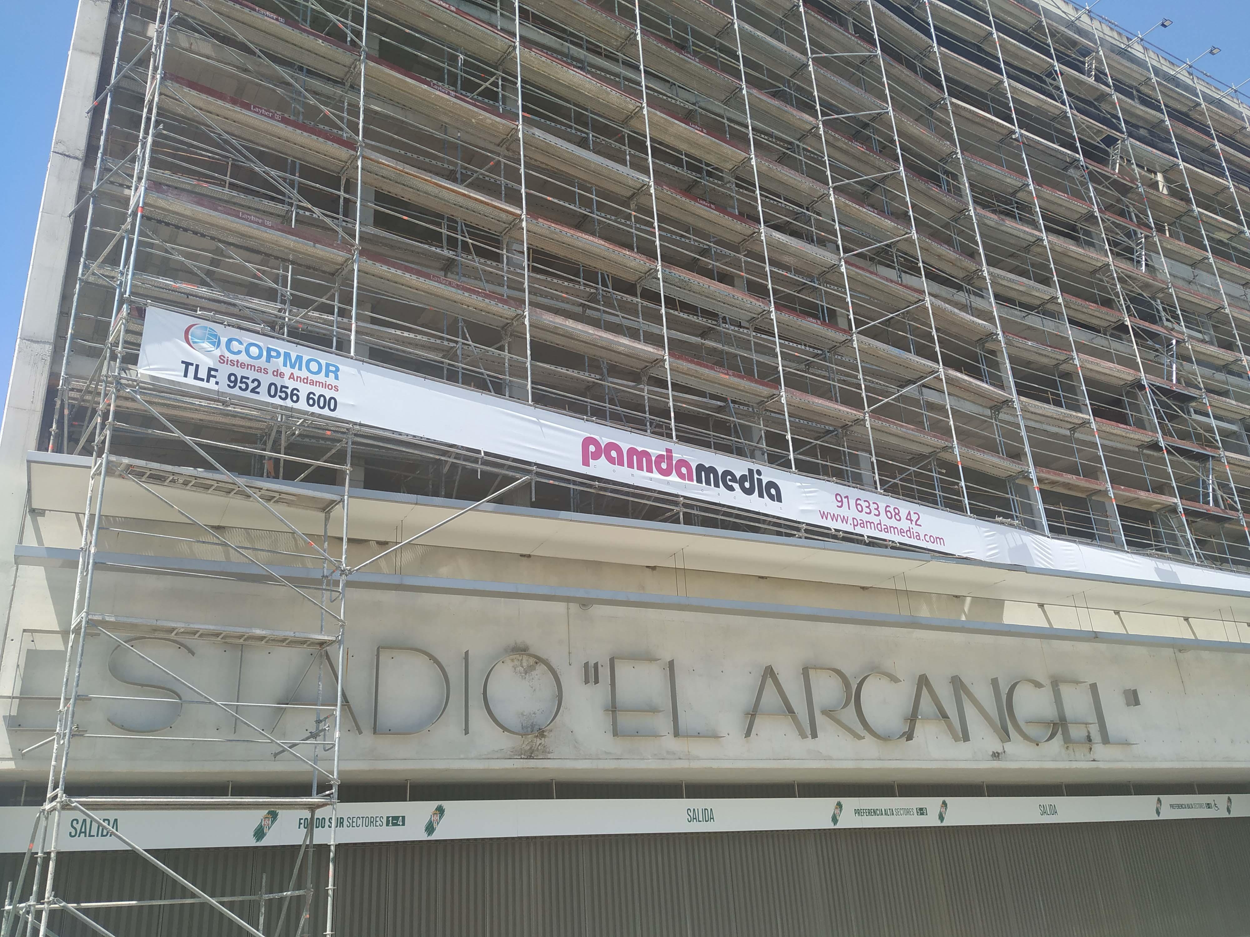 La fachada actual de la preferencia de El Arcángel con el andamiaje que dejó la polémica lona publicitaria.