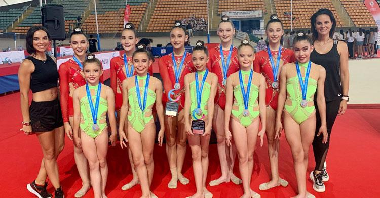 Algunas de las gimnastas del Séneca presentes en Dos Hermanas