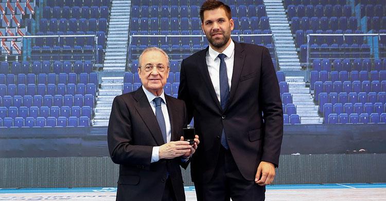 Felipe Reyes junto a Florentino Pérez en el acto de su retirada. Foto: Real Madrid