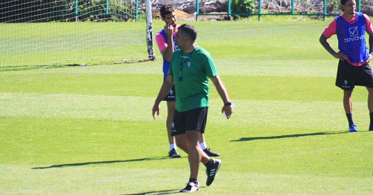 Germán Crespo ante Bernardo Cruz y Manu Farrando en uno de sus últimos entrenamientos.