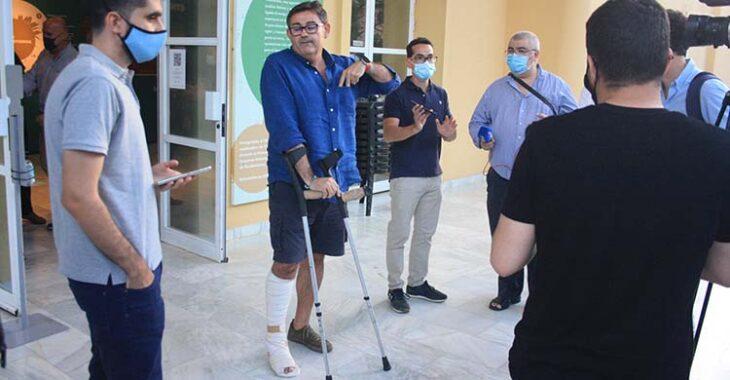 Javier González Calvo aún con sus muletas por la lesión de tobillo que sufrió.