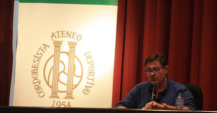 Javier González Calvo durate su intervención en la charla-coloquio del Ateneo Cordobesista 1954.