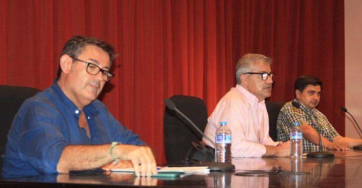 Javier González Calvo junto a Jesús García, presidente del Ateneo, y José García Román.