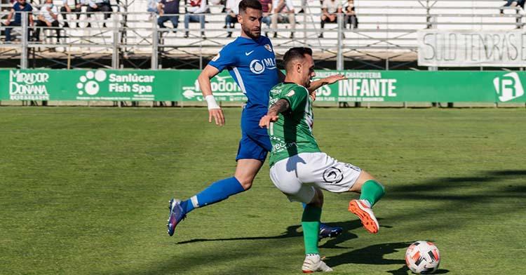 José Cruz encimando a un jugador del Atlético Sanluqueño.