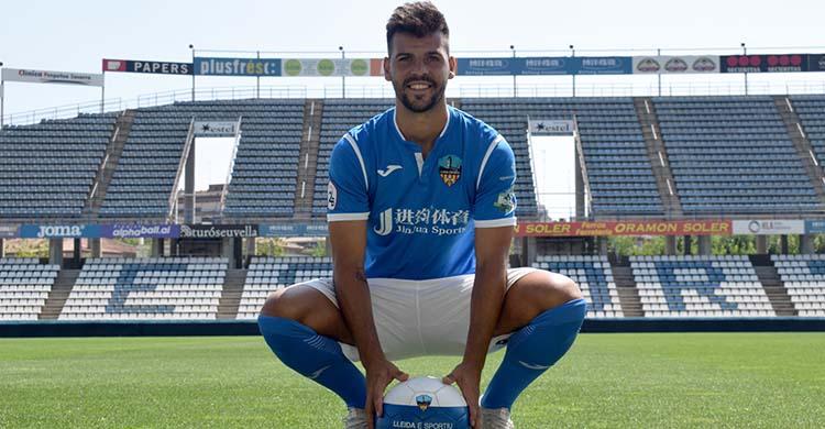 José Ruiz posando con la elástica del Lleida Espíritu a su llegada hace dos veranos.