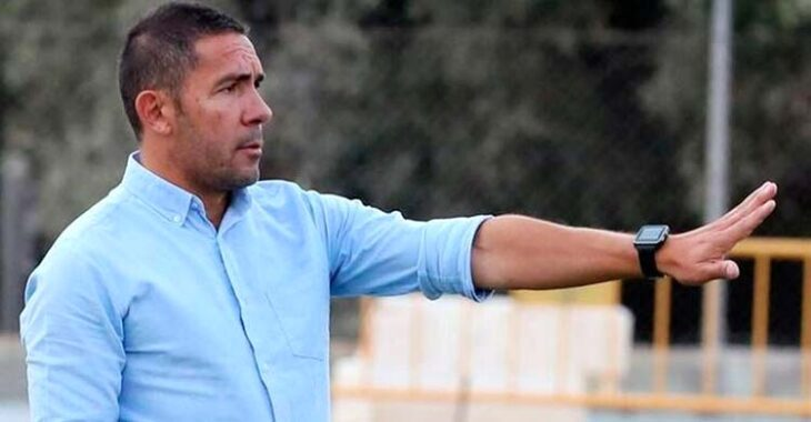 Juan Carlos Gómez dirigiendo la pasada temporada al Vélez al que ascendió a Segunda RFEF.