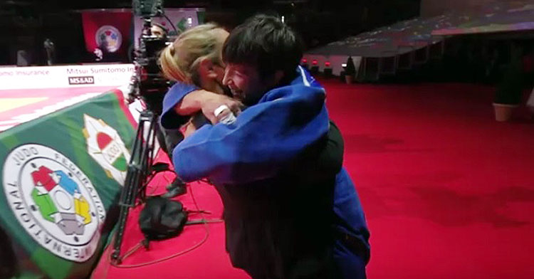 Julia Figueroa se abraza a su entrenadora, Laura, tras ganar el combate por el bronce