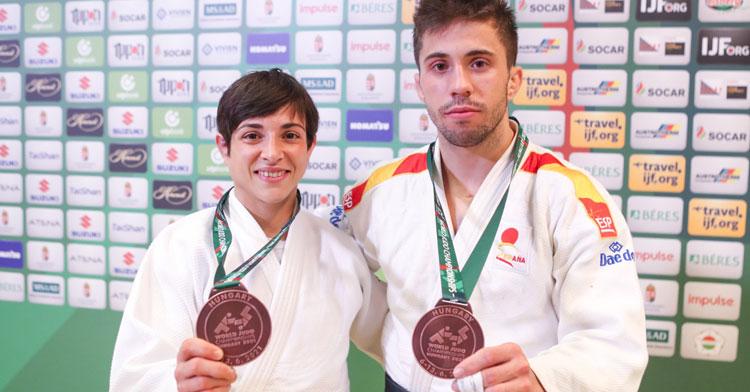 Julia Figueroa posa con su compañero Fran Garrigos, también medalla de bronce mundialista en menos de 60 kg. Foto: Gabi Juan / Hajime Judo