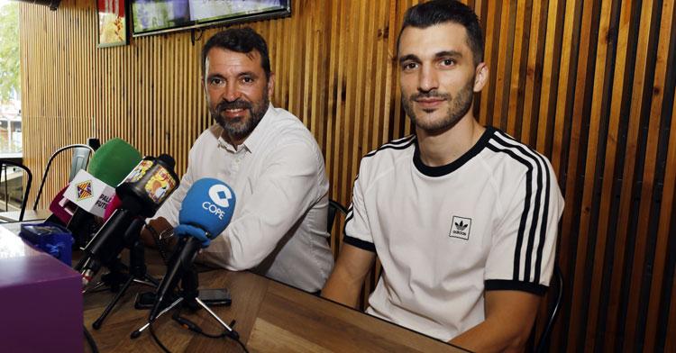 Lolo Urbano antes de su comparecencia de despedida junto al director deportivo José Tirado. Foto: Palma Futsal