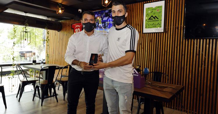 Lolo Urbano recibe en su despedida de manos del director deportivo del club, José Tirado, un reloj como regalo. Foto: Palma Futsal