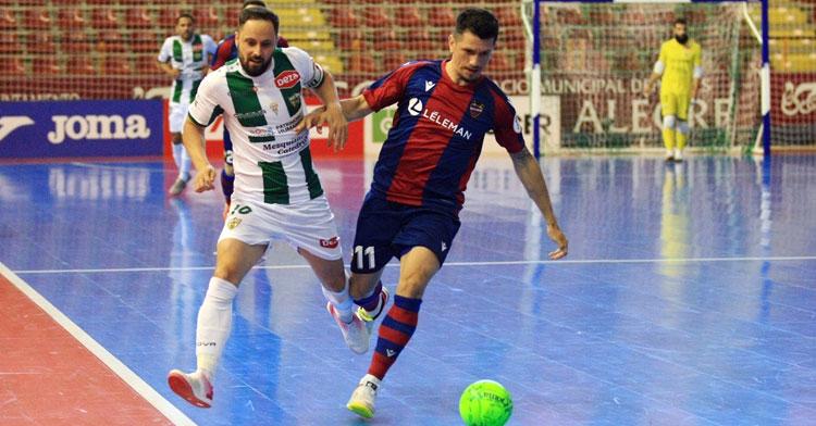 Manu Leal esforzándose en la presión en el duelo frente al Levante. Foto: Córdoba Futsal