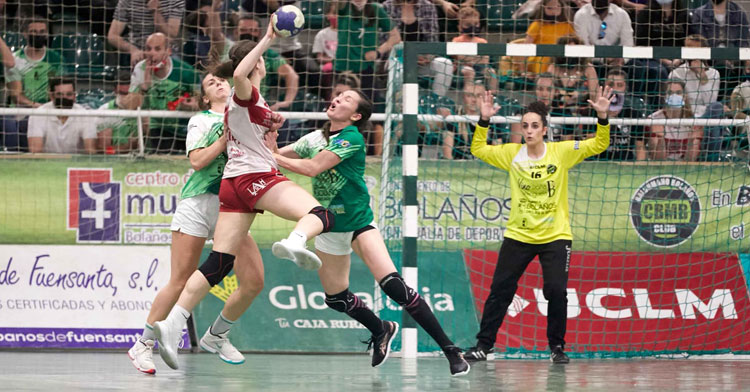 María Castro defendiendo las maderas de su anterior equipo. Foto: Balonmano Bolaños