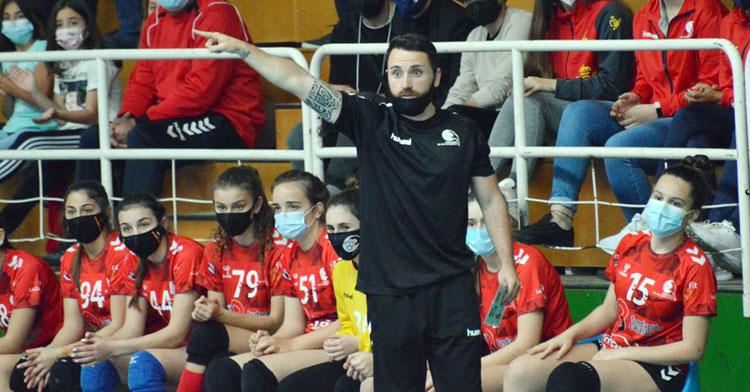 Mario Ortiz hace una indicación en un partido en Fátima. Foto: CBM