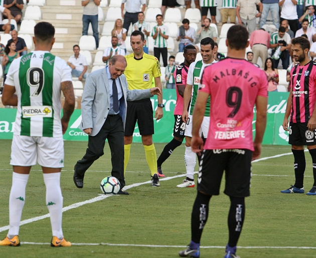 El saque de honor de Daniel Onega ante el CD Tenerife.