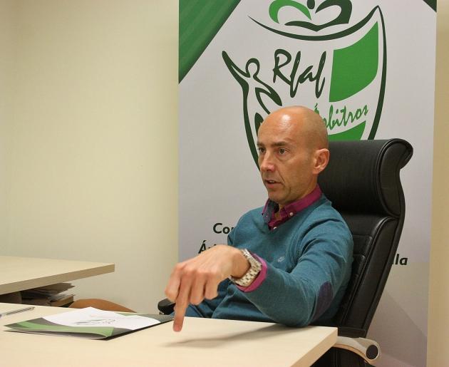 Pedro Benítez señalando con su dedo en un momento de la entrevista.