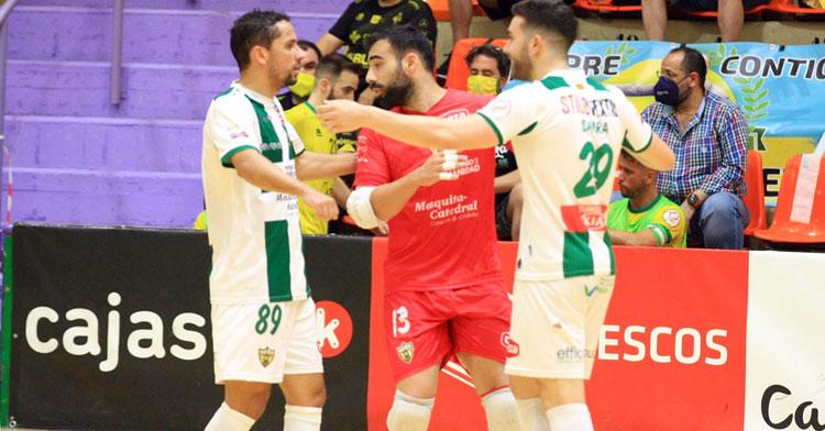 Alfonso Prieto en el último partido de liga en Jaén, entre Caio César y Alberto Saura. Foto: Córdoba Futsal