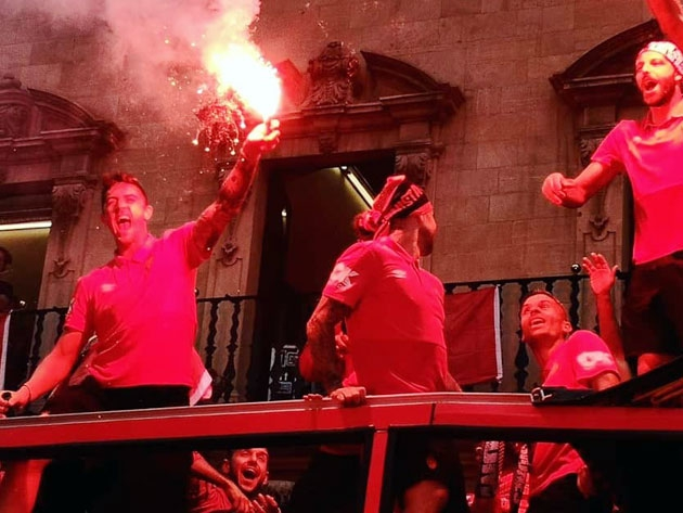 Antonio Raíllo celebrando el ascenso del Real Mallorca con una bengala.