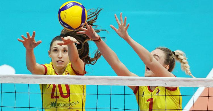 Raquel Montoro, a la izquierda, saltando para bloquear. Foto: RFEVB