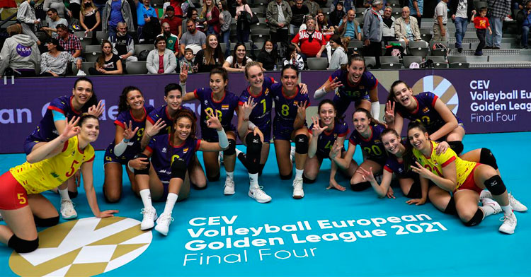 Raquel Montoro, a la derecha con el dorsal 20, posando con la medalla de bronce junto a sus compañeras. Foto: RFEVB