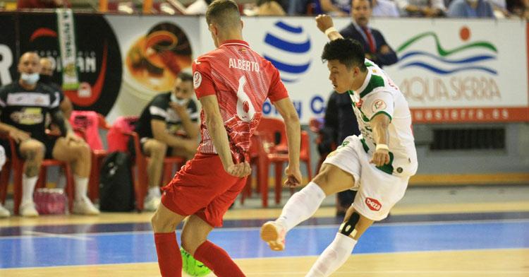 Shimizu disparando a puerta en el partido contra ElPozo. Foto: Córdoba Futsal