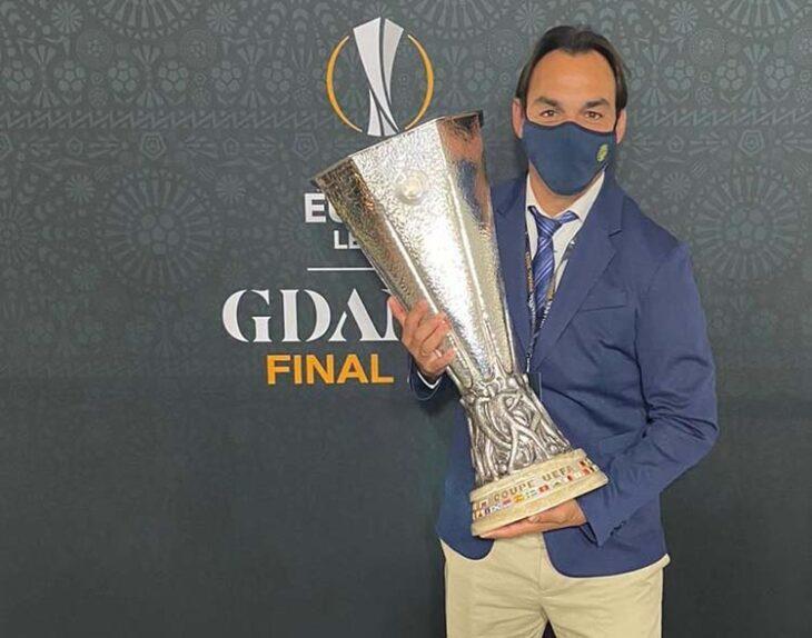 Miguel Tena mostrando el trofeo de la Euorpa League en Polonia.