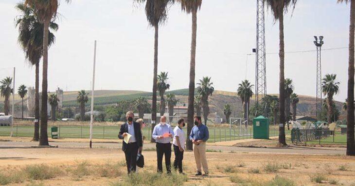 Los representantes de Tremón inspeccionando la Ciudad Deportiva el día de su lanzamiento.Los representantes de Tremón inspeccionando la Ciudad Deportiva el día de su lanzamiento.