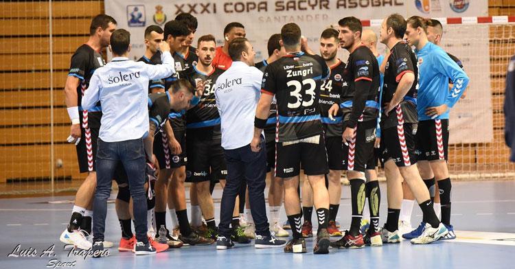 Víctor Montesinos dando órdenes a sus pupilos. Foto: Luis A. Trapero Sport