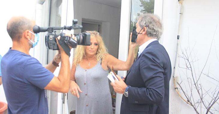 La viuda de Pepe Urbano con su abogada al teléfono hablando con el letrado de Tremón ante el desahucio.