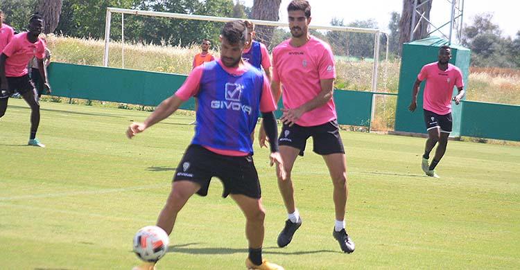 Willy protegiendo el balón ante Bernardo en uno de sus últimos entrenamientos en el Córdoba CF.