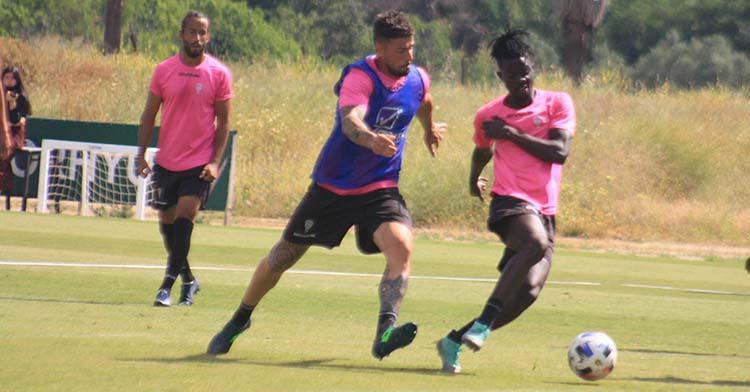 Xavi Molina peleando un balón con Djetei que encontró acomodo en el Albacete hace semanas.