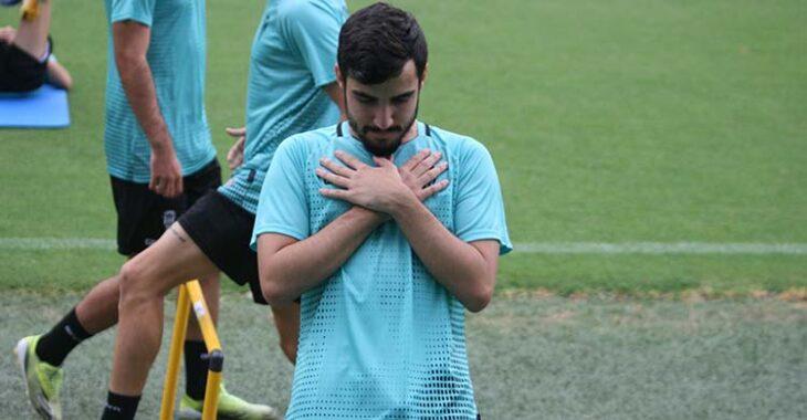 El joven Roberto Abreu estirando en las series físicas.