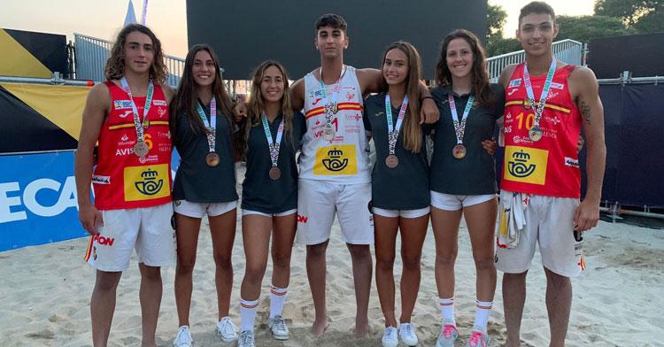 Adrián Hidalgo, a la derecha, posando con su medalla al cuello con otros compañeros. Foto: CBM