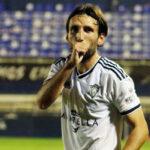 Álex Bernal dedicando un gol a su hijo en la pasada temporada. Foto: Marbella FC