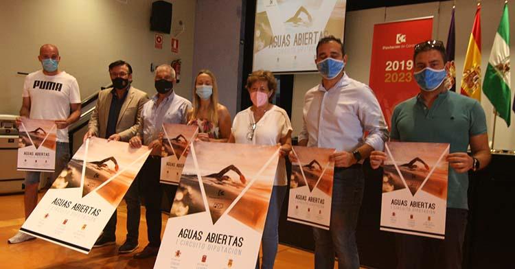 La diputada de deportes, Ana Blasco, junto a la alcaldesa de Almodóvar Del Río, el alcalde de Iznájar y varios concejales y miembros de la Federación Andaluza de Natación.