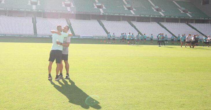 El abrazo de Andrés Armada y Germán Crespo en su reencuentro sobre el césped de El Arcángel a la conclusión del entrenamiento.