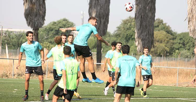 Antonio Casas despeja un balón aéreo.