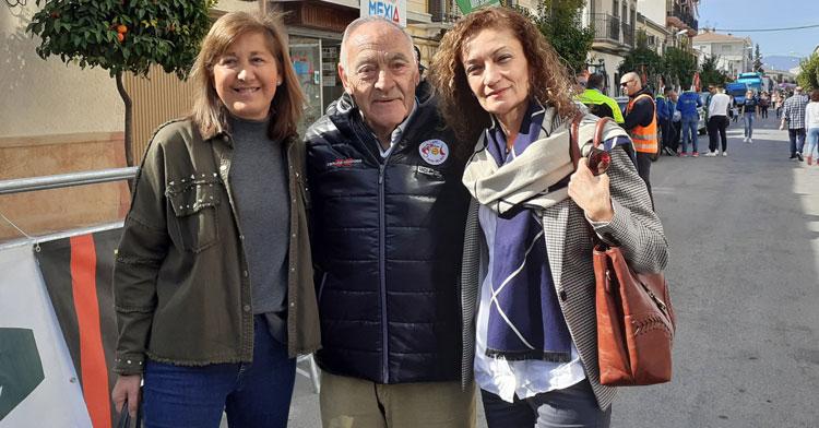 Antonio del Moral junto a representantes políticas en una imagen del pasado año en una etapa de la Vuelta a Andalucía
